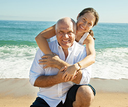 AquaMAX - Paar glücklich am Strand